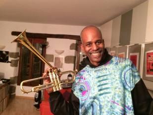 Tommy holding Dizzy's horn (Switzerland 2014)